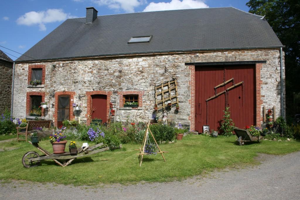 Porte de grange de ferme  ardennaise protégée par une peinture à la farine