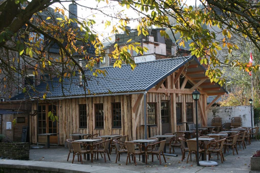 Chalet saisonnier au Quai Son à La Roche-en-Ardenne. Change d'emplacement pour la saison d'été.